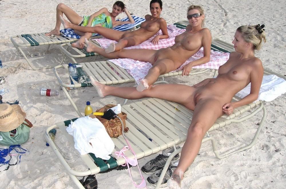 Голая Не Стесняясь На Пляже