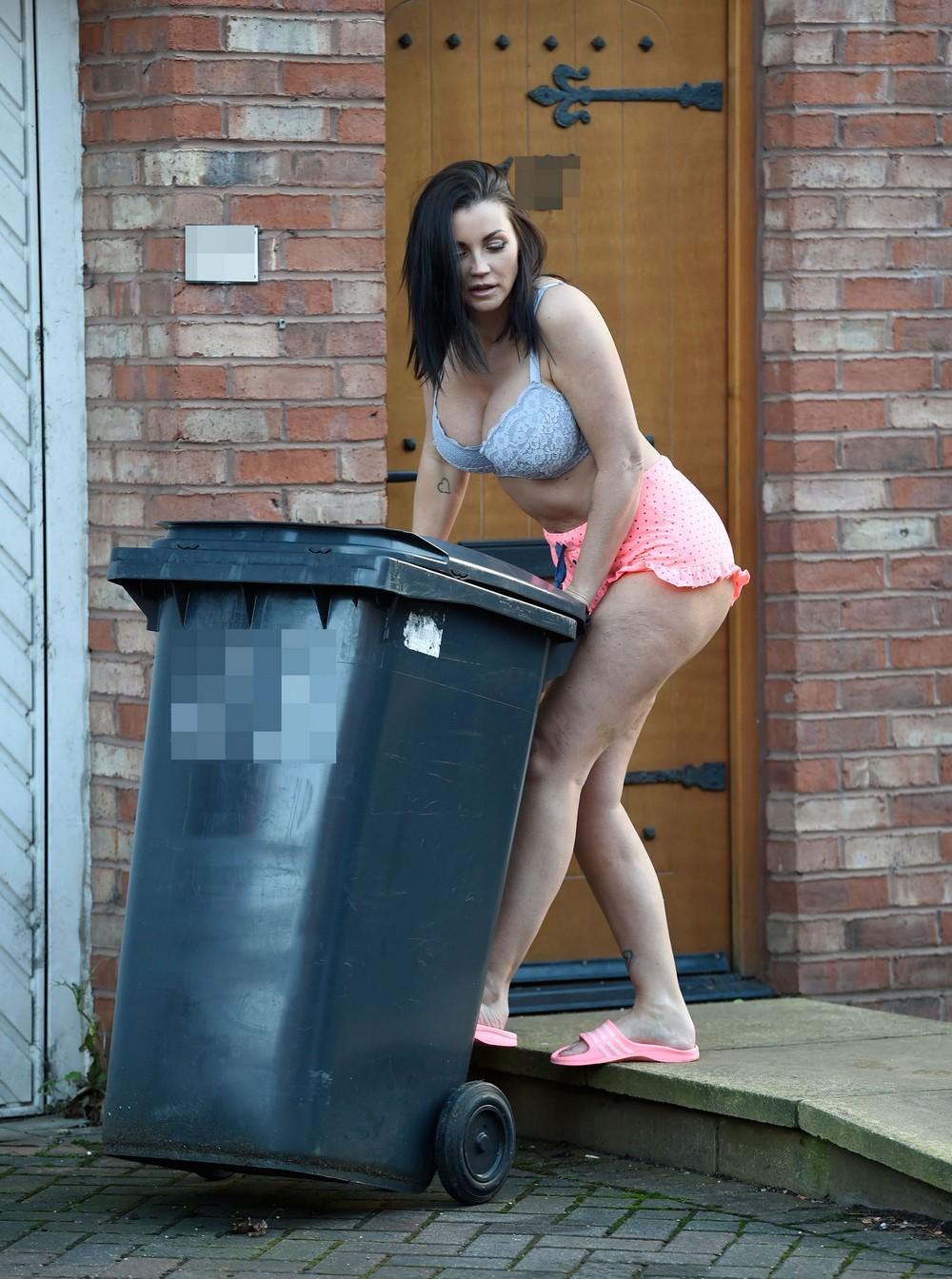 Холли Хендерсон выбрасывает мусор в белье