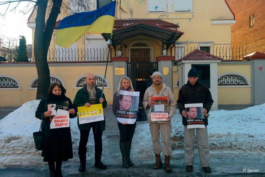 Возле консульства России в Харькове прошла акция против выборов в Госдуму в оккупированном Крыму