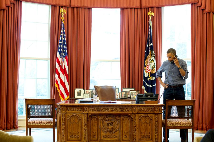 Обама говорит по телефону.png