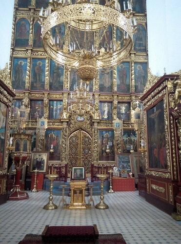в нем покоятся мощи князя Довмонта (Тимофея), находятся несколько чудотворных икон. Поразил семиярусный иконостас…почти 5 веков он в неизменном виде