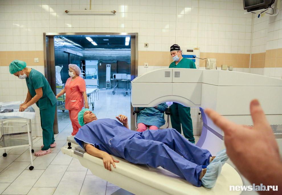 11. Операцию проводит заведующая рефракционным отделением, к.м.н. Олеся Писаревская. Она расска