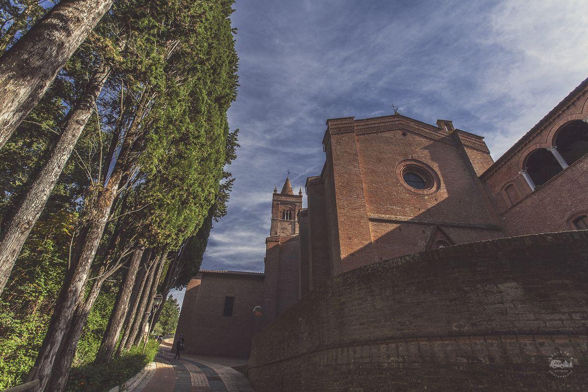 В Средние века монастырь был одним из главных землевладельцев на территории Сиенской республики. Стр