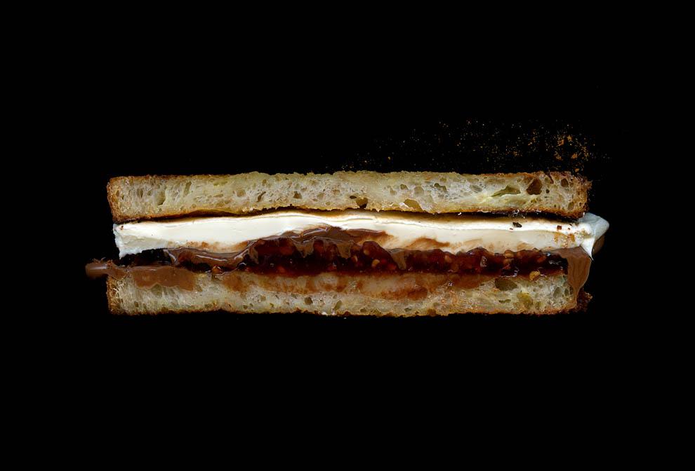 18. Нутэлла, сливочный сыр, малиновый джем, молотая корица, французская гренка.