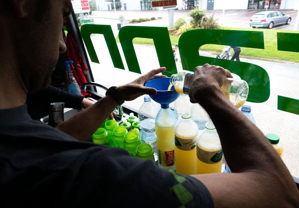 По рекомендациям Митчелла Бизо добавляет в воду купленный в магазине ананасовый сок, который придает
