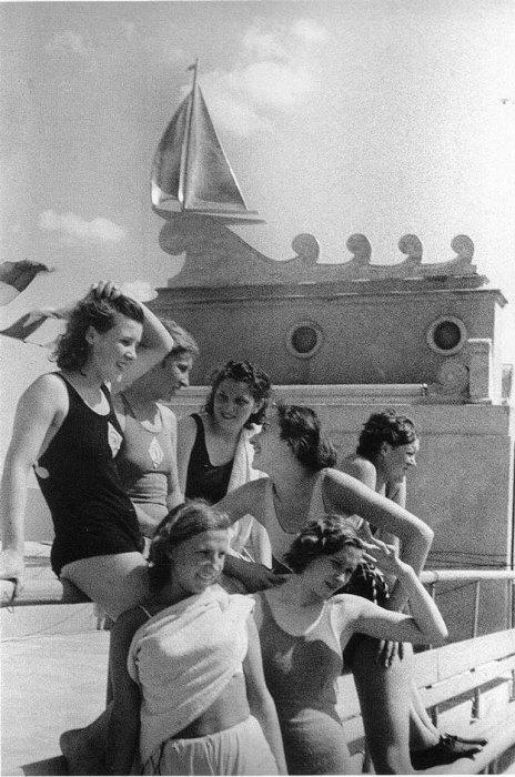 1. Спортсменки принимают солнечные ванны Северный речной порт Москвы, 1938 год. Фотограф Э. Евзерихи