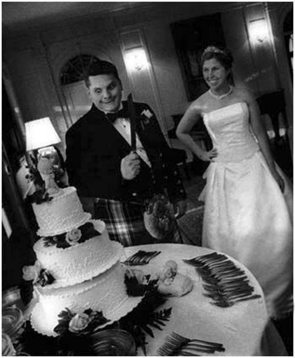 Похоже, жених ждал именно этого момента — попробовать торт.