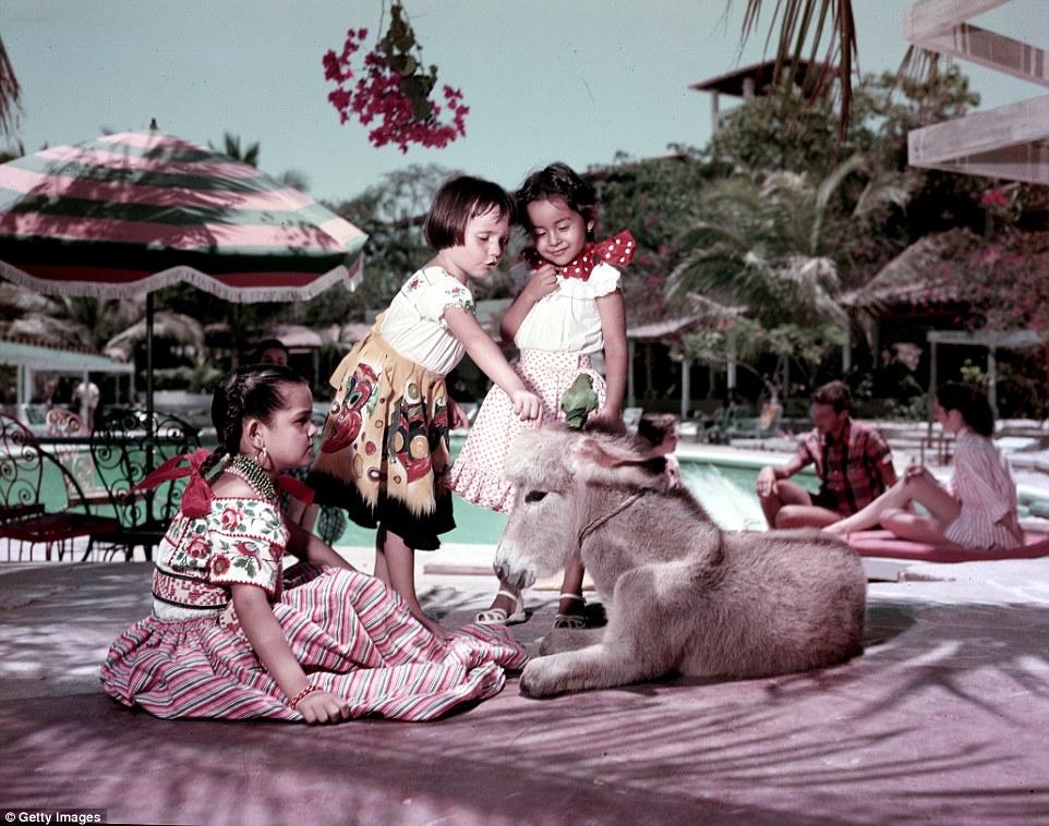 Дети на площадке у бассейна, июль 1953 года.
