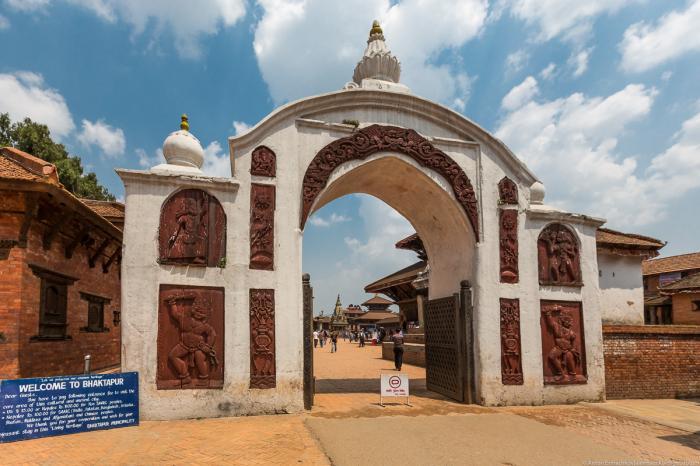 Площадь Дурбар являет собой целый комплекс исторических зданий, буддистских и индуистских храмов, дв