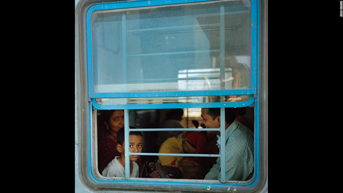 Мальчик смотрит в окно, путешествуя со своей семьей, штат Керала (юг Индии). «Что меня поразило боль