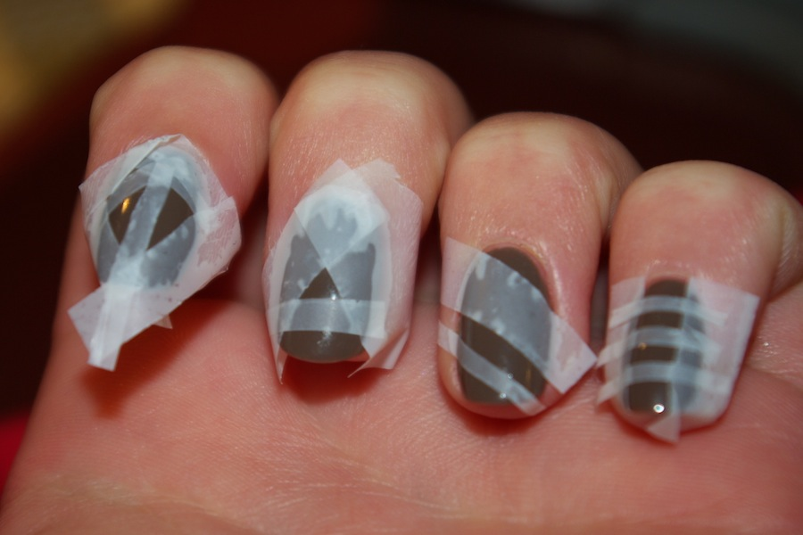 Сделать маникюр Для этого нужно взять скотч средней липкости и лак для ногтей. Для начала проверьте,
