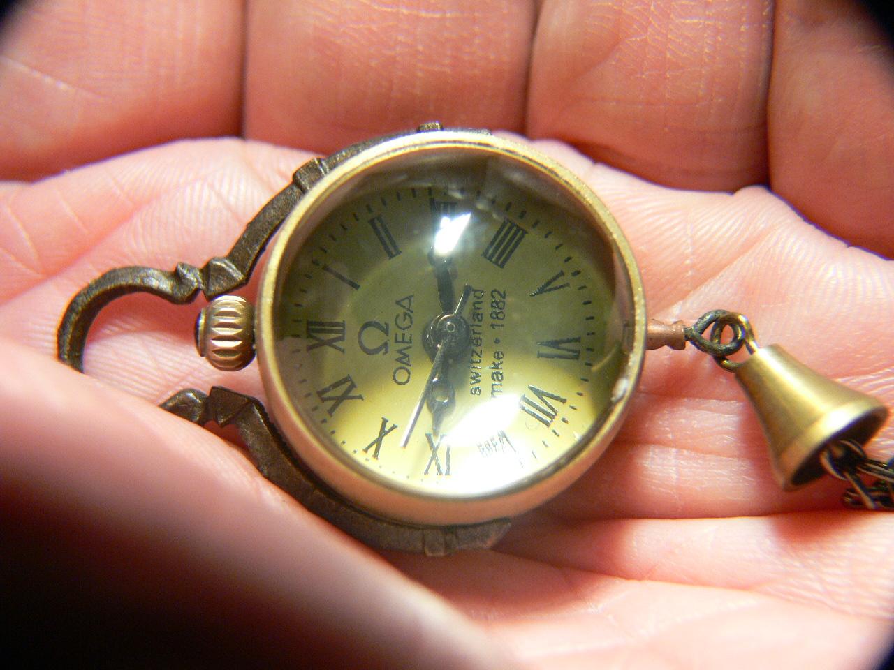 Купить на novosti-rossiya.ru часы в виде стеклянного шара на бронзовой птице.