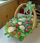Земляничная корзинка букет из конфет