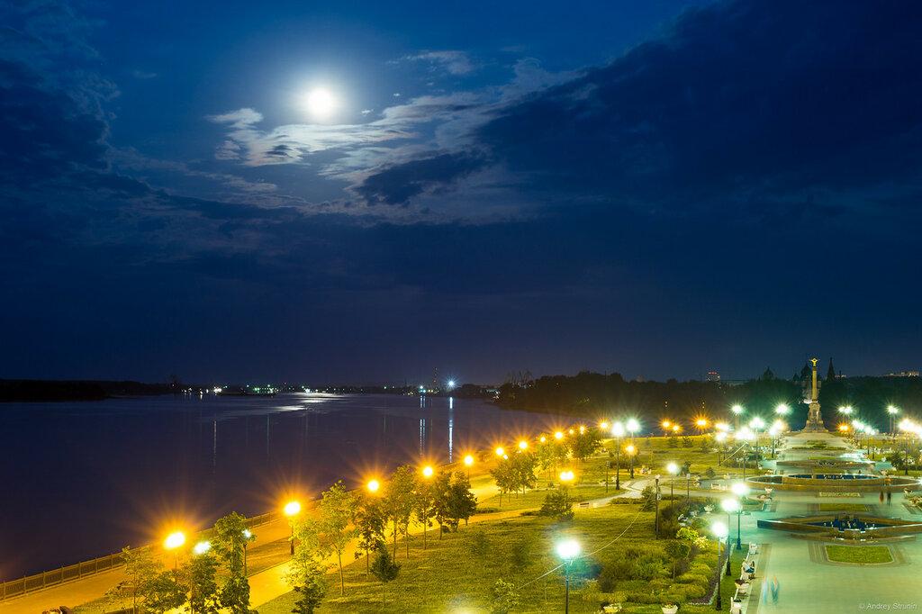 Машины на фоне города ночного красива фактически