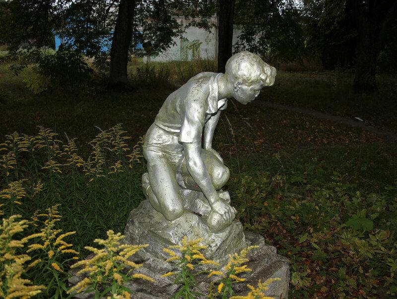 Скульптура мальчика у вокзала на станции Земцы