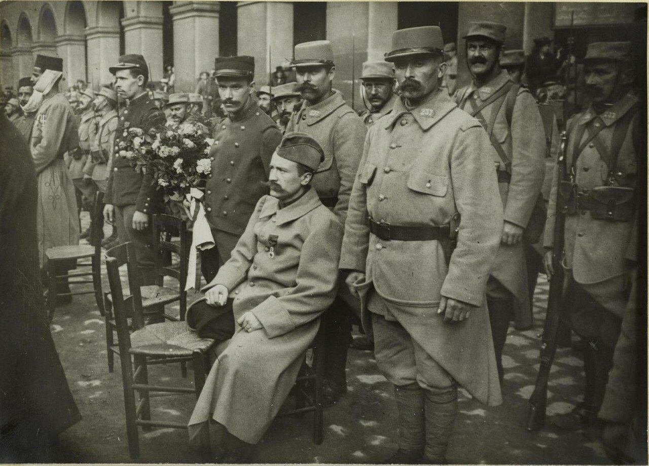 1915. Во дворе Дома Инвалидов. Церемония награждения. Раненый в окружении своих товарищей