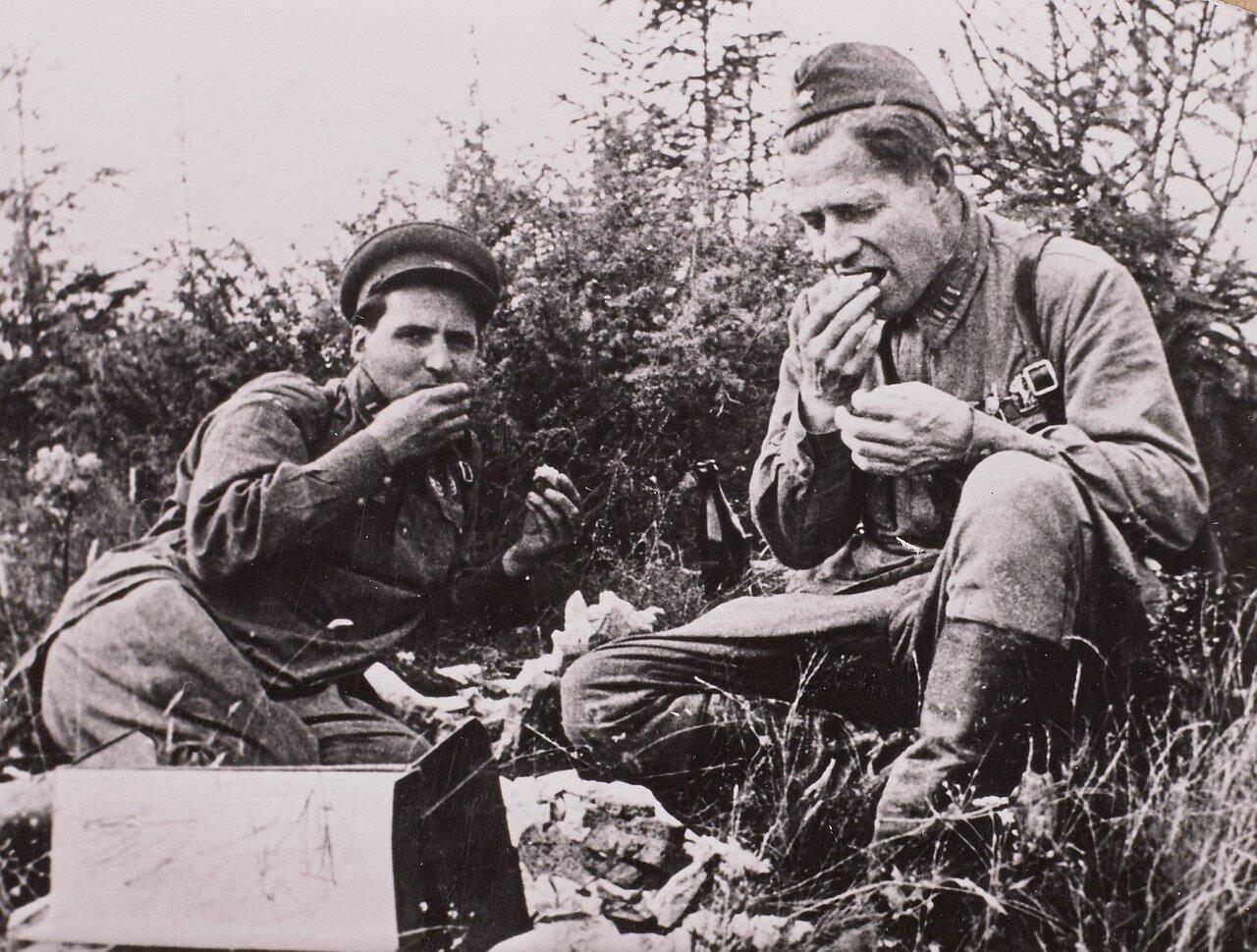 1941. Алексей Сурков и Константин Михайлович Симонов на фронте