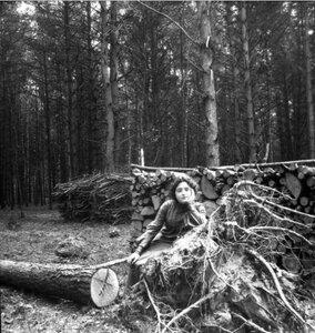 1904. Вешняки. Маня на корнях вырванного ураганом дерева