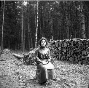 1904. Вешняки. Маня на пне позади дачи в лесу