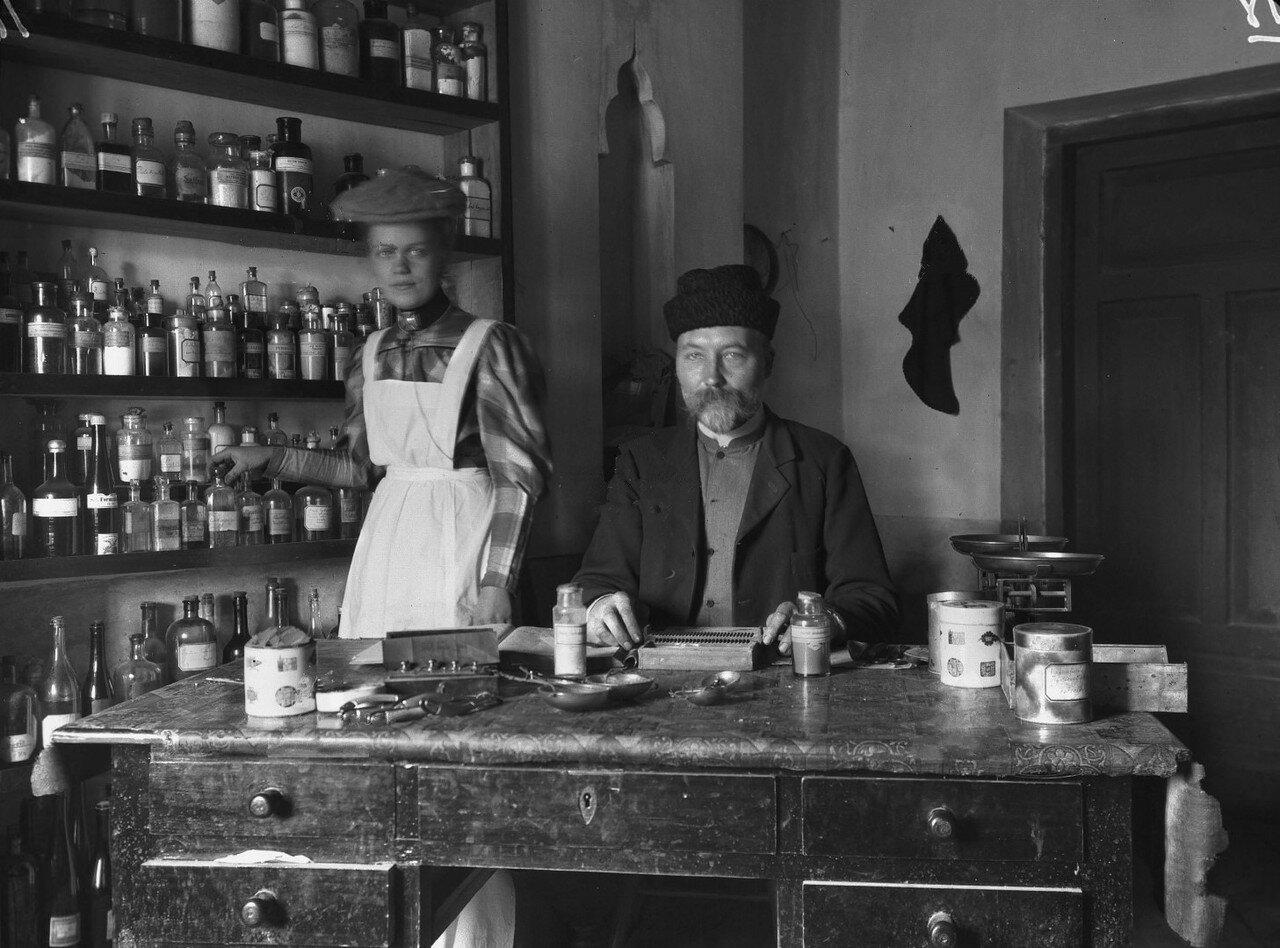 Шведы Ларс Эрик Хогбер и Хильда Нлодквист в аптеке