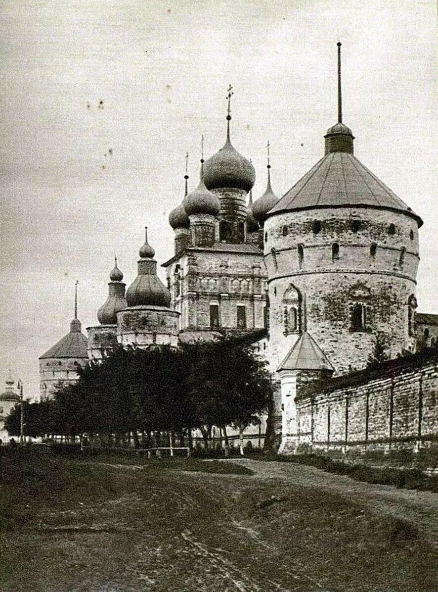 Кремль. Западная стена кремля и церковь Иоанна Богослова