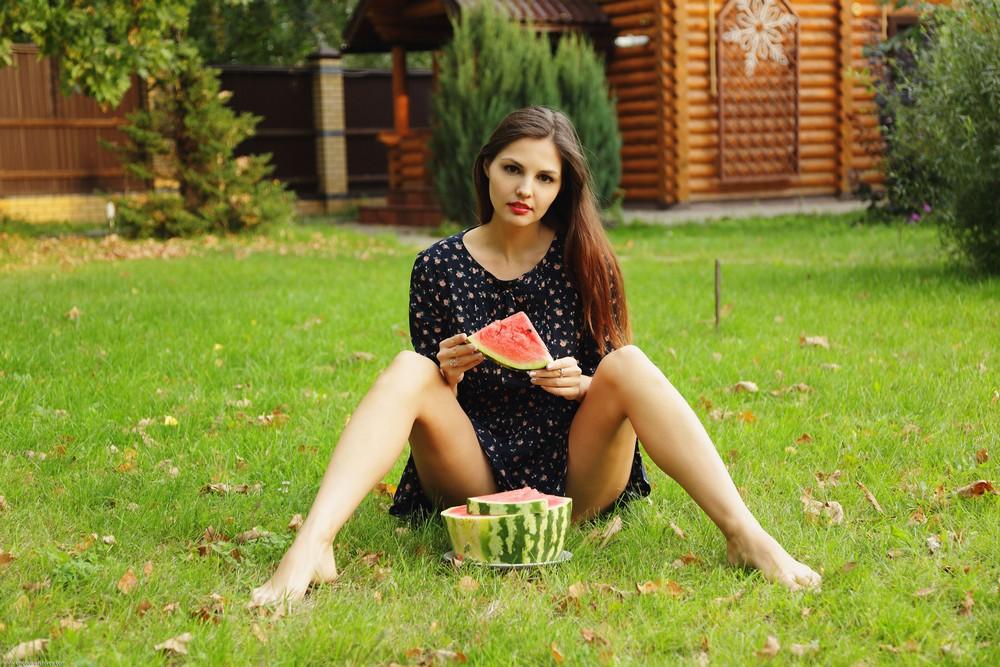 Alise Moreno с арбузом на лужайке