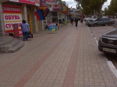 """В """"ДНР"""" оккупанты требуют украшать флагами """"молодой республики"""" даже самые маленькие торговые точки"""