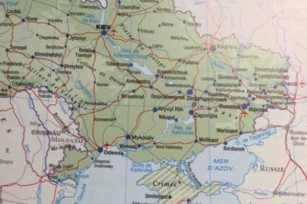 Французы решили исправить ошибку?: Издательство Larousse напечатало новые атласы с украинским Крымом (фотофакт)