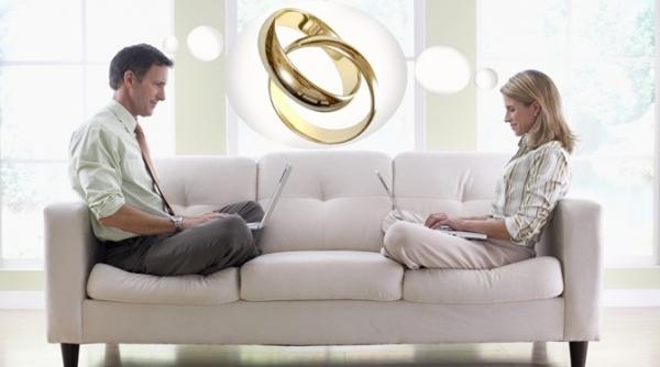 Да, проще простого, пожениться, тогда и намекать и предложения переехать ждать не придется. Но м