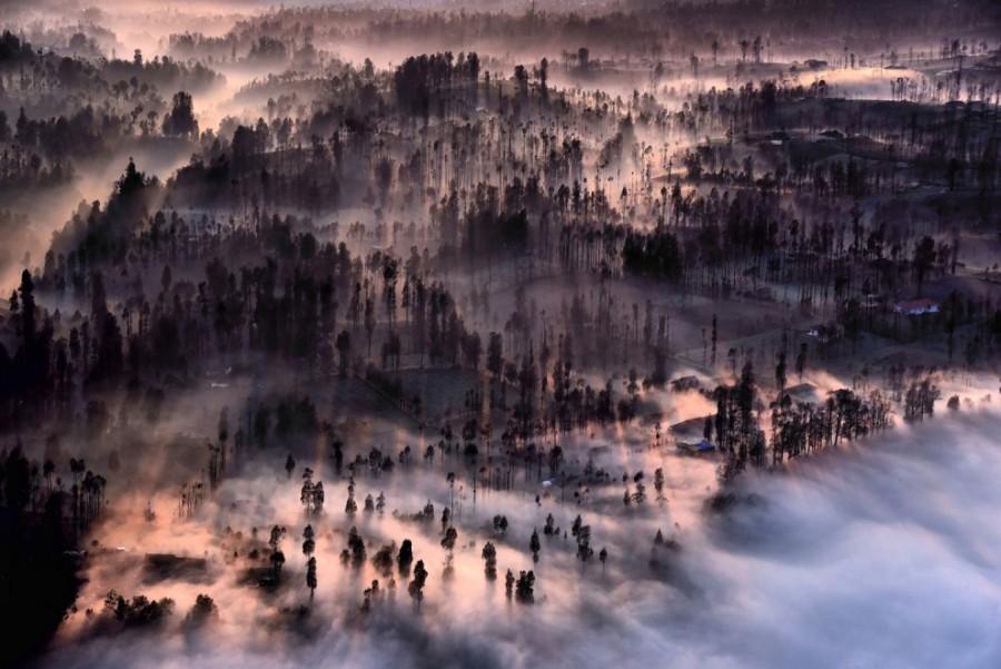 7. Туман стелется над деревушкой Семеро-Лаванг на рассвете в Индонезии.