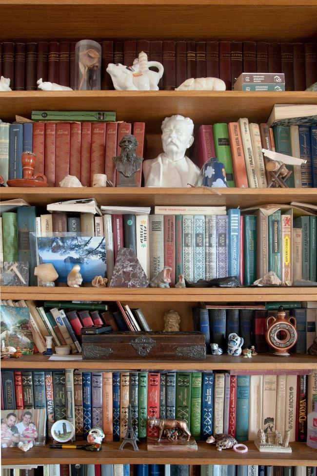 Книжки и по сей день в родительских квартирах — основная деталь пусть и современных интерьеров.