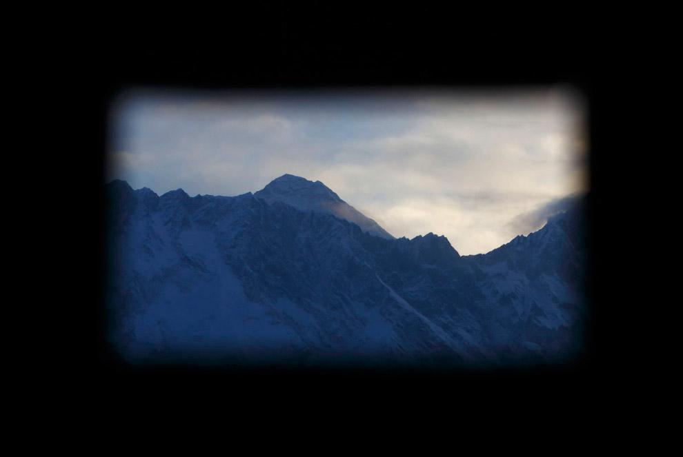 23. Як проходит мимо магазина одежды в Намче, высота около 3 440 метров над уровнем моря. (Фото