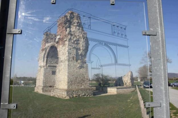 В образовательных целях на стекле изображена схема исторического памятника до того, как он разрушилс