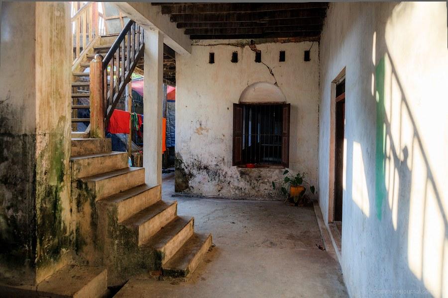 В другом монастыре было безлюдно, только монах наводил чистоту в коридорах: