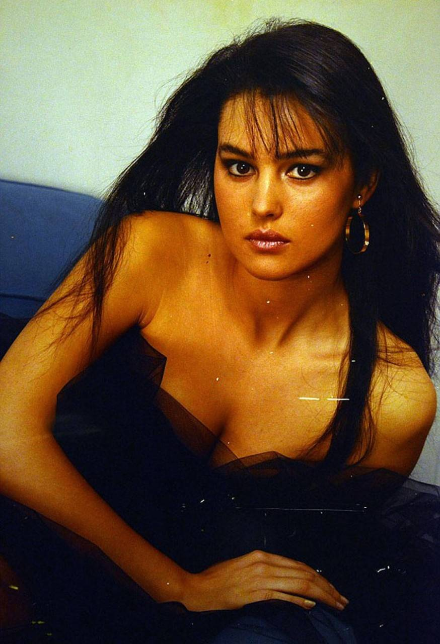 18-летняя Моника Беллуччи. Это один из первых снимков актрисы, который быстро набрал популярность. Н