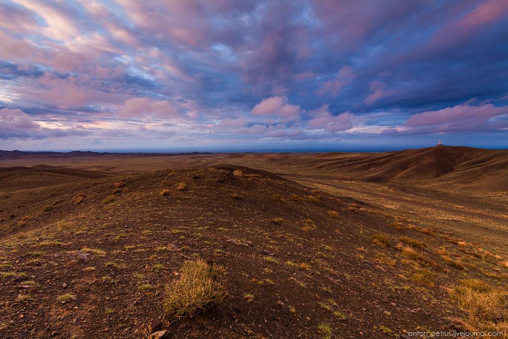 И апогей заката — красивейшие облака над серо-зелеными холмами.