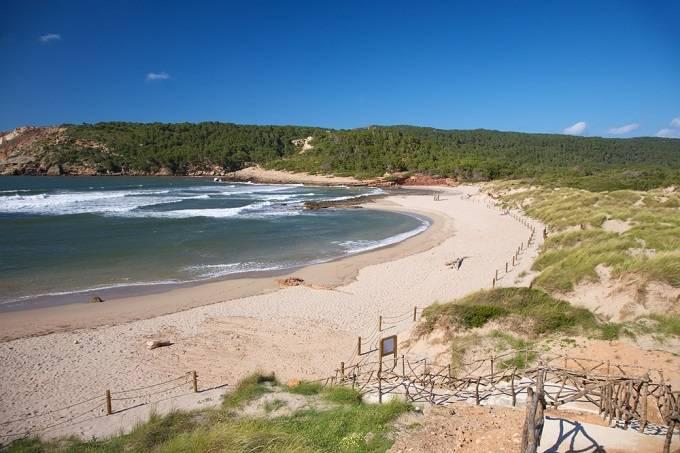 Кала д'Алгараенс, Менорка Кристально чистая бирюзовая вода и белый песчаный пляж делают залив д'Алга