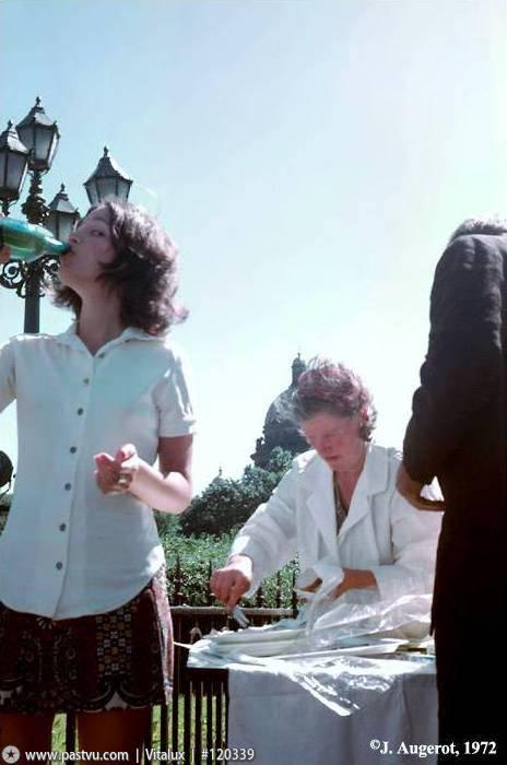 1972 Уличная сценка - лимонад и пирожки.jpg