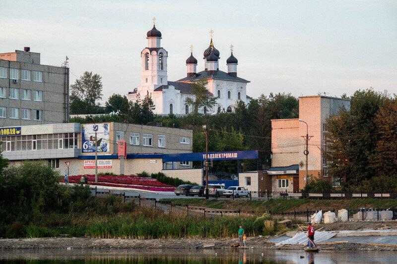 фотографии храма, реки, людей и завода