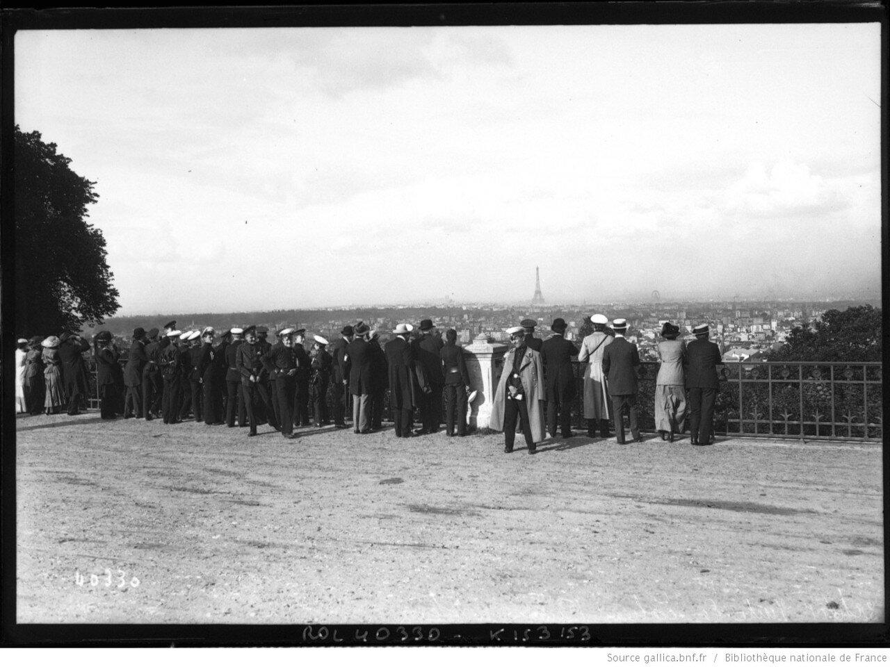 1914. 22 июня. Визит российских школьников в Севр. Группа школьников смотрит на панораму Парижа