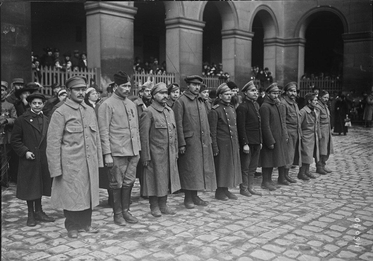1915. Бежавшие из германского плена российские военнослужащие во внутреннем дворе Дома Инвалидов