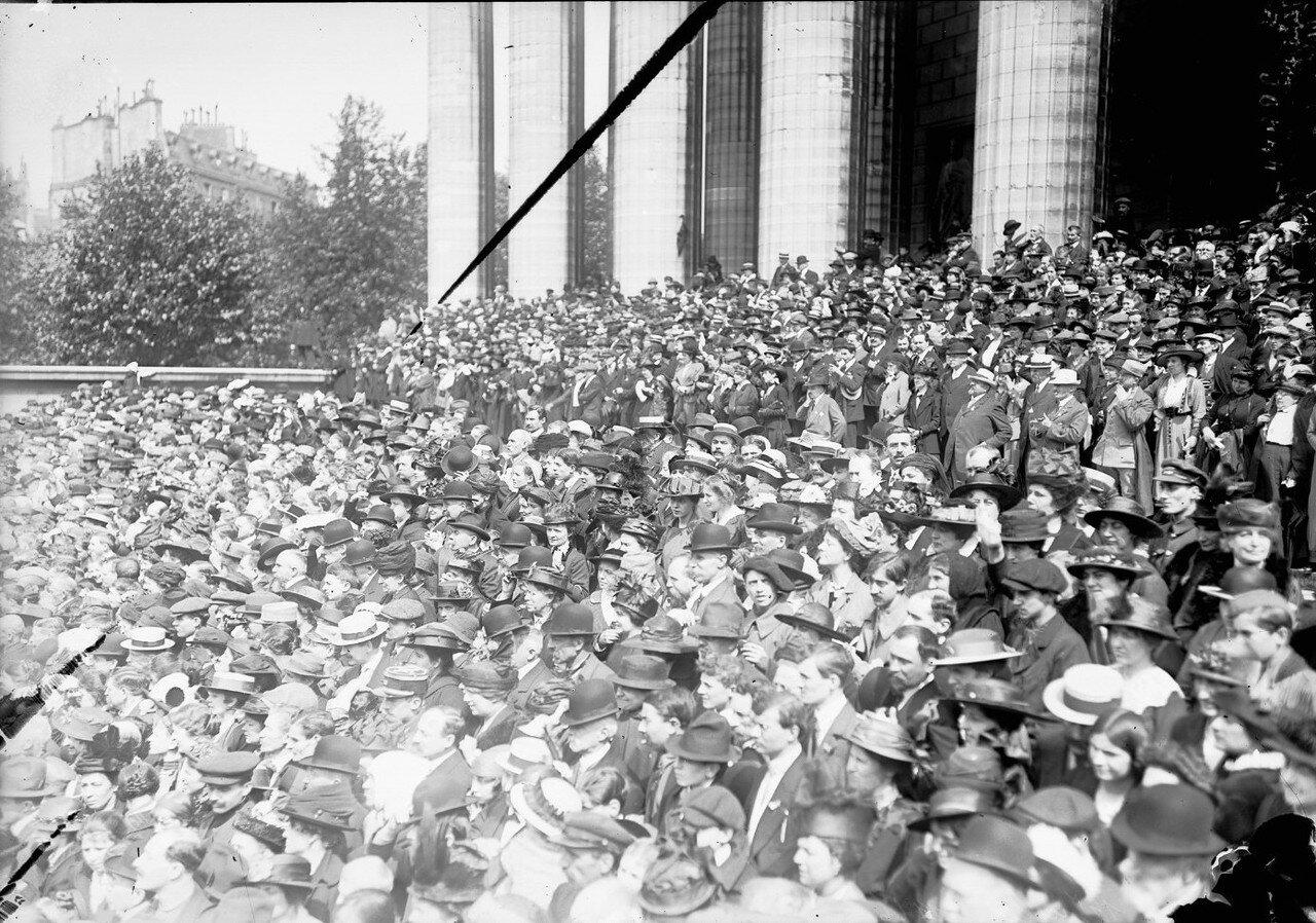 1916. Зрители наблюдают парад