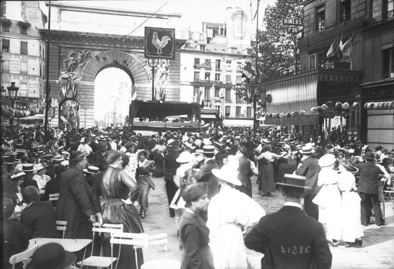 1914. Танцы на улице