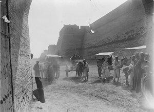 Наемные рабочие за пределами крепостной стены