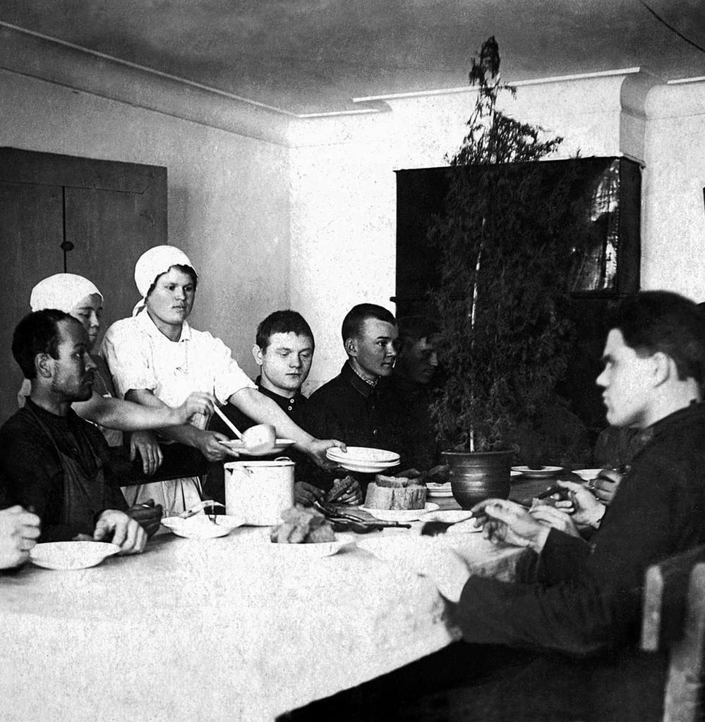 1933. Челябинск. Пожарная команда НКВД. Столовая. Ударницы труда Кобелева и Шагаева подают обед
