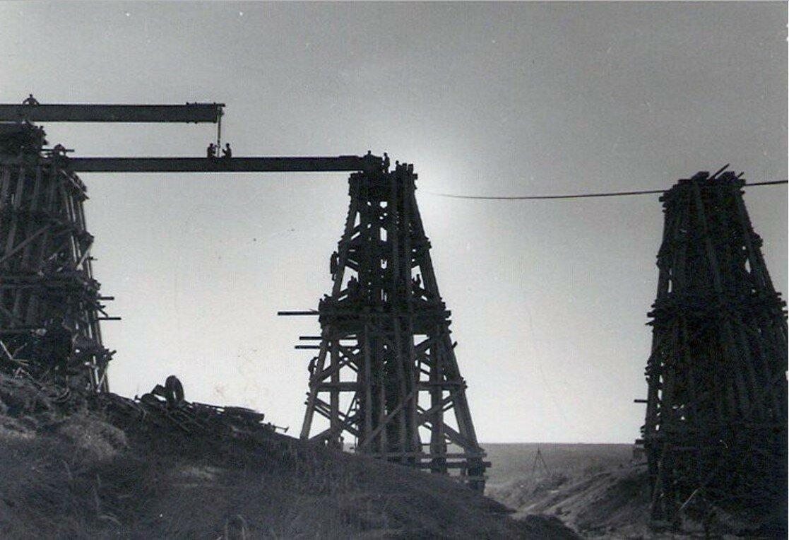 1942. Воронежская область, Острогожский район, село Петренково. Строительство 400-метрового временного моста