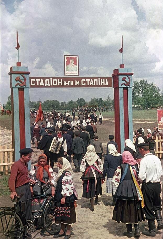 1951 Колхозный стадион Колхоз им. Сталина Ново-Басанского р-на Черниговской обл. Ogonek-29JUL1951а.jpg