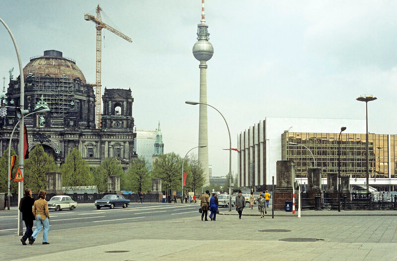 1976 Berlin Dom. Palast der Republik.jpg