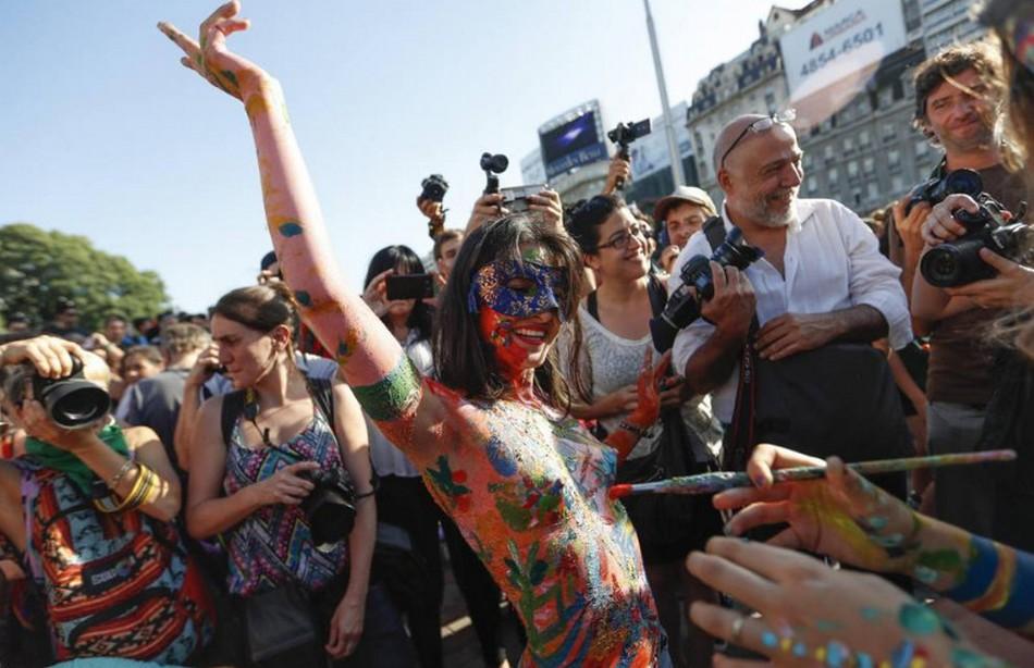 Демонстрация в защиту права обнажать грудь в Буэнос-Айресе