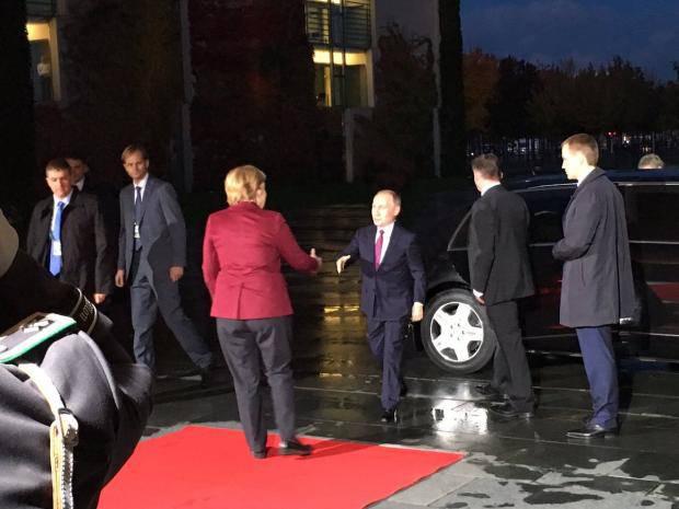 """""""Бабушка встречает внучка"""": Сети порадовало фото Путина рядом с Меркель"""